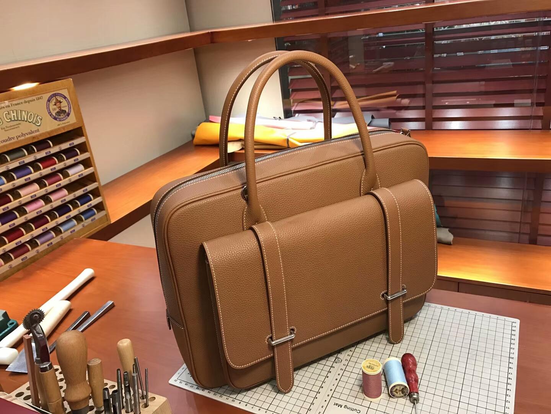 HERMES 爱马仕 男士邮差公文包 CK37 金棕色 Gold 现货系列 配全套专柜原版包装 银扣