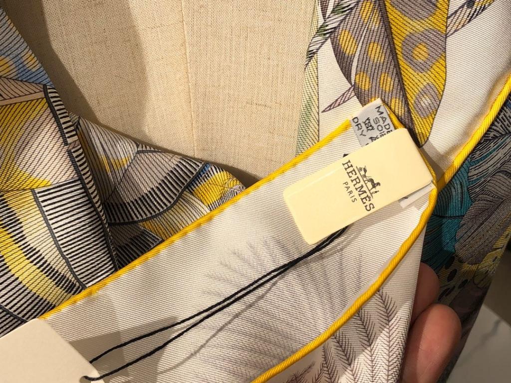 2020春夏新款 《羽饰庆典》 黄色 手工卷边斜纹真丝方巾(100%桑蚕丝) 90*90cm