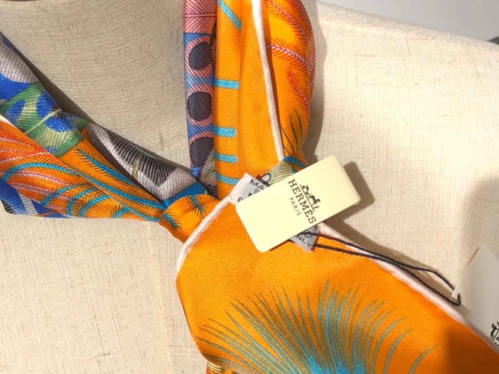 2020春夏新款 《羽饰庆典》橙色 手工卷边斜纹真丝方巾(100%桑蚕丝) 90*90cm